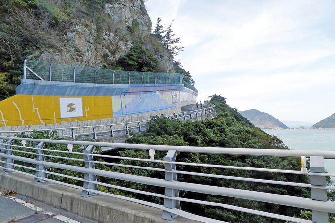 중국에 흔한 절벽길인 잔도(棧道)처럼 절벽에 붙어 허공에 떠 있는 하늘도로