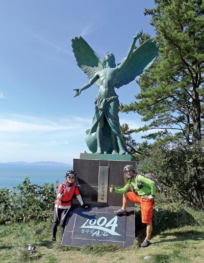 한다령 정상에 서 있는 천사 모양의 '흑산도일주도로준공기념비'