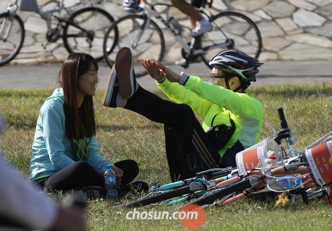 라이딩 중간에도 잠시 자전거를 멈추고, 자전거를 타는 동안 긴장했던 근육을 풀어주기 위해 가벼운 스트레칭을 해주는 것이 좋다.