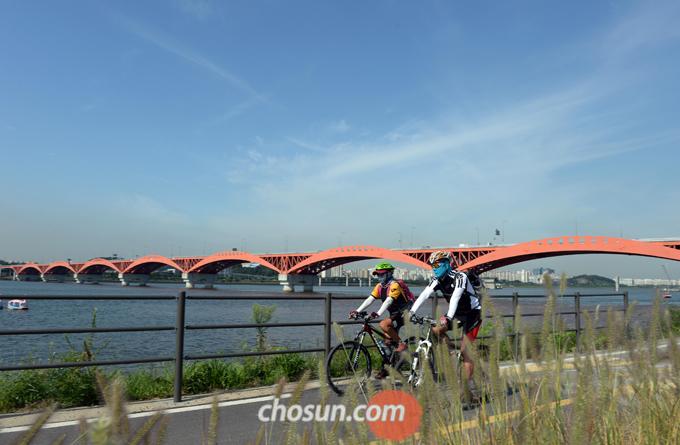 서울시에서 운영하는 자전거 대여 서비스를 이용하면 저렴한 가격으로 자전거를 대여해, 한강 자전거 길을 달릴 수 있다.