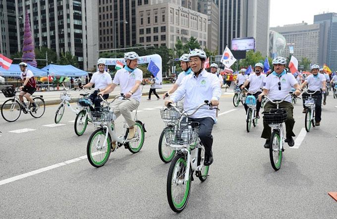 서울시는 올해 공공자전거 '따릉이'를 2만대, 대여소는 1300곳으로 확대한다고 밝혔다.