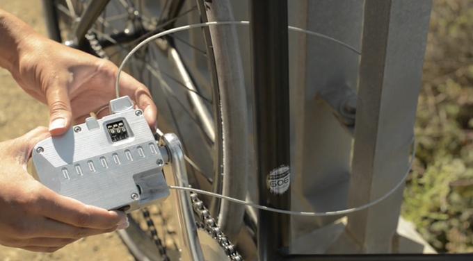 페달 속에 내장된 케이블은 총 길이 33인치, 두께 2.4mm의 아연 소재로, 일반 자전거 자물쇠와 비슷한 내구성을 지녔다.