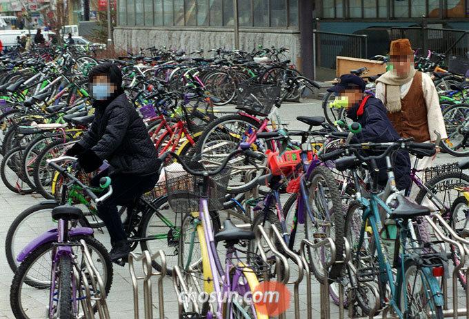 고양시 일산구 주엽역에 설치된 자전거 보관소의 모습.