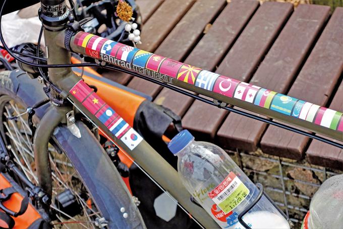 자전거 튜브에 붙은 여행국 국기, 다음에 마지막 국가로 일본이 붙을 예정이다.(남양주 조안)