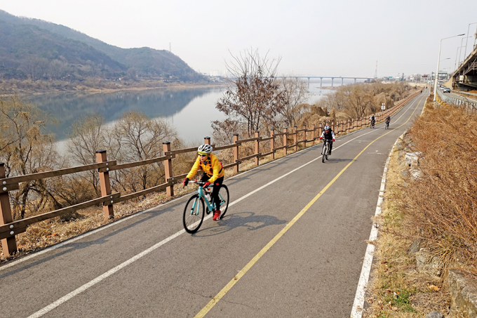 예봉산과 검단산 사이로 한강이 흘러 팔당댐을 막기에 최적의 자리였으리라(남양주 와부읍)