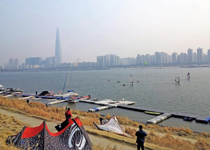 아직 춥지만 봄이 오기를 애타게 기다린 윈드서핑 족. 멀리 보이는 123층 롯데월드타워는 대한민국의 새로운 랜드마크다.