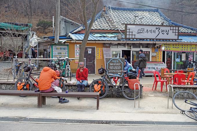 능내역 앞에서 쉬고 있는 자전거 세계일주 중인 남녀. 독일 뮌헨 출신의 그들은 21번째 국가로 한국의 국토종주자전거길을 부산에서 거슬러 올라오고 있다. 그저 부러울 뿐이다.(남양주 조안)