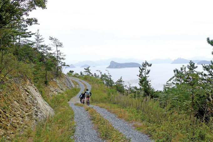 신안의 섬들은 바다와 산, 탁 트인 조망을 함께 누릴 수 있는 해안임도가 특별한 매력 중의 하나다
