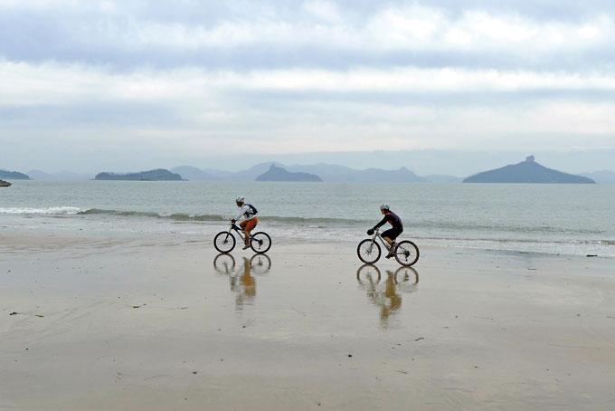 신의도 유일의 해수욕장인 황성금리 해변. 백사장이 단단해 라이딩이 가능하다. 오른쪽 오똑한 바위가 있는 섬은 진도군 주지도