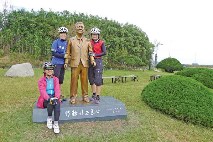 생가 방문 '인증샷.' 김 전 대통령의 등신대 동상과 함께