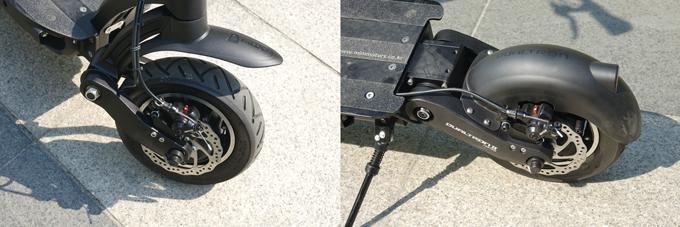 디스크브레이크가 장착된 앞·뒤 휠. 특허받은 러버서스펜션은 부드러운 승차감을 제공한다.