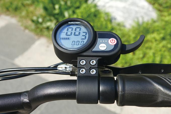 간결한 디스플레이는 스로틀과 연결되어 있다. 현재 속도와 시간, 배터리 잔량 등을 확인할 수 있다.