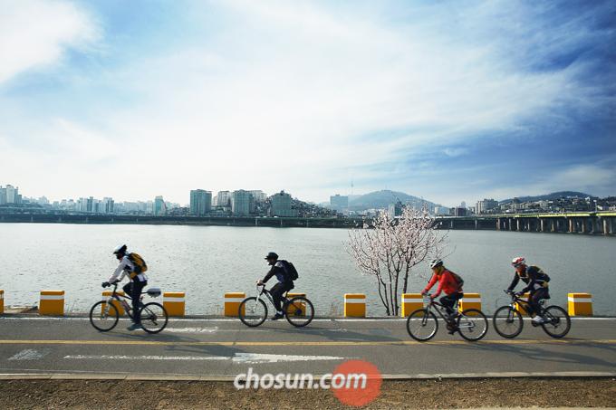 서울시는 여의도 한강공원 자전거도로의 주행동선을 샛강으로 변경하여, 6월말부터 시민이용이 가능하도록 정비 완료했다.
