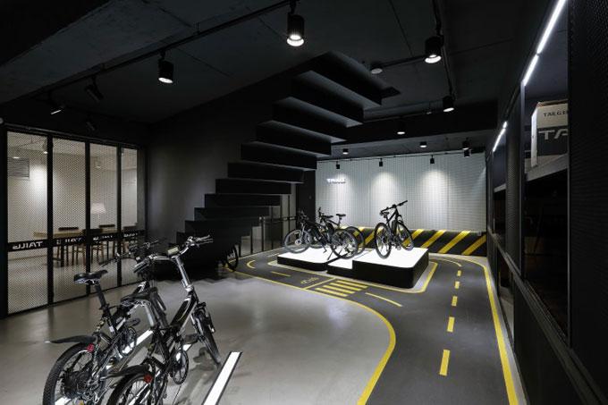 (주)모토벨로가 운영하는 스마트모빌리티 체험공간 '카페그라운드' 지하 자전거 전시장