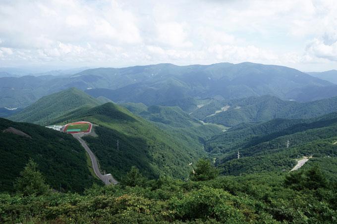함백산 정상에서의 남쪽 조망. 맞은편 큰 산줄기는 태백산이고, 왼쪽 아래로 태백선수촌(1335m)이 보인다.