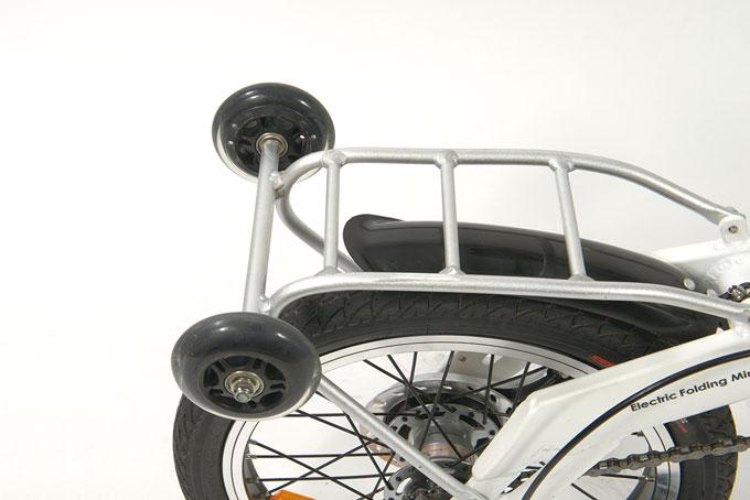 후미의 리어랙에는 휠이 달려 있어 접었을 때 유용하다.