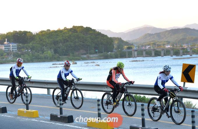 자전거 코스가 같거나, 함께 달리는 멤버도 아닌데, 모르는 사람 뒤에 바짝 붙어 가는 건 위험할 뿐 아니라 예의에도 어긋나는 행동이다.