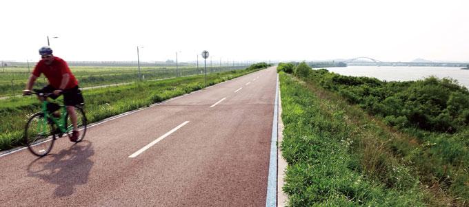미군병사가 자전거를 타고 달리는 '캠프험프리스'의 강둑길은 한미우호의 또 다른 상징이 될 수도 있으리라