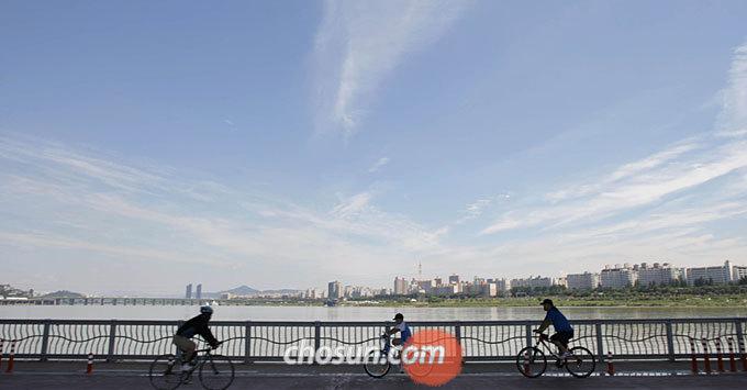 한강에서 자전거를 타다 고장이 나면, 다산콜센터 '120'으로 연락해 '자전거 SOS 서비스'를 요청할 수 있다.