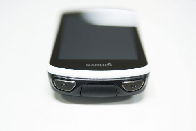 전작에서는 디스플레이 아래에 있던 하드웨어 버튼이 하단 테두리로 이동했다. 그 사이로는 충전 단자 커버가 보인다.