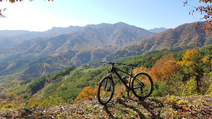 자전거를 타며 느끼는 청량한 공기와 천혜의 자연은 가슴 속까지 시원하게 정화하는 기분이다. / 산청군 제공
