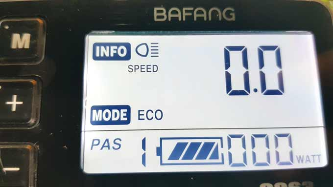 바팡 C963 계기판. 한칸 떨어진 전압이 37.2V로 체감적으로는 절반을 사용한 상태다