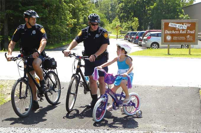 미국의 자전거 경찰이 친근하게 어린이와 이야기를 나누고 있다.