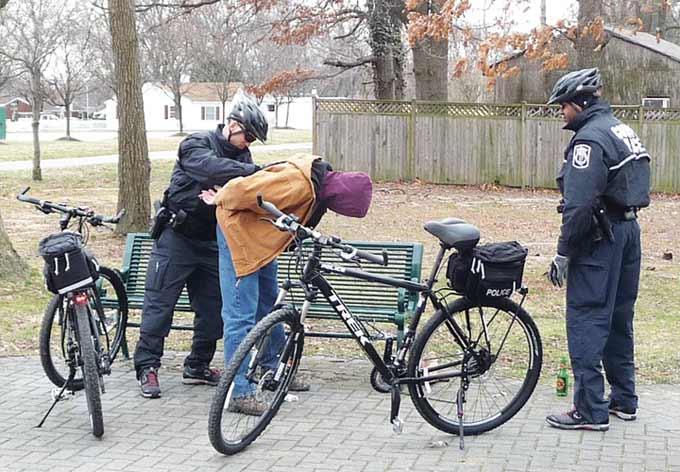 실제로 자전거 경관이 용의자를 검거하는 모습을 담은 영상. 출처 youtube