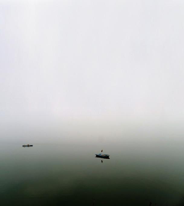 안개 자욱한 부남호의 아침. 조각배만 홀로 떠 있는 풍경이 흡사 몽환경이다.
