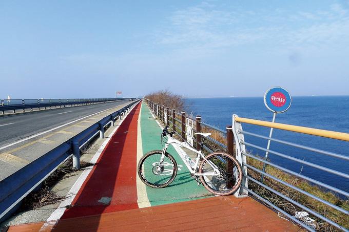 방조제에는 자전거도로가 잘 나 있다.