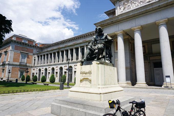 프라도 미술관 앞에 벨라스케스가 화구를 들고 앉아 있다. 스페인의 대표적인 고전주의 건물로 후안 비에누에바가 설계했다