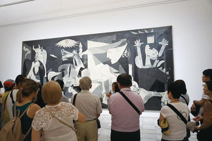 피카소의 게르니카. 항상 사람이 붐빈다. 1937년 작품