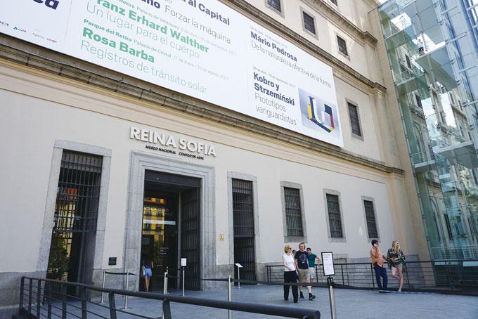 소피아 미술관. 현재의 왕비 이름에서 따왔다. 18세기 신고전주의 양식 건물에 최신식 통유리 엘리베이터가 현대미술관임을 말해준다.파리의 뽕삐두 센터를 연상케한다.