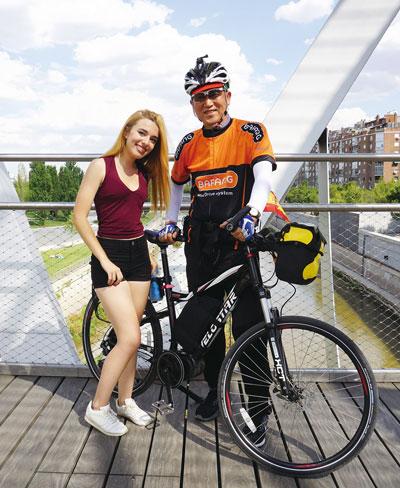아르간수엘라 다리위에서 만난 매력적인 스페인 아가씨