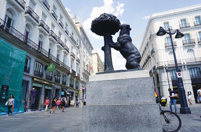 솔 광장의 명물 소귀나무를 잡고 있는 곰 상은 마드리드의 상징이다