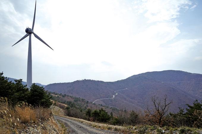 동북릉의 풍력발전소에서 바라본 한우산. 천상으로 향하는 듯 실낱같은 길이 시선과 가슴을 뒤흔든다.