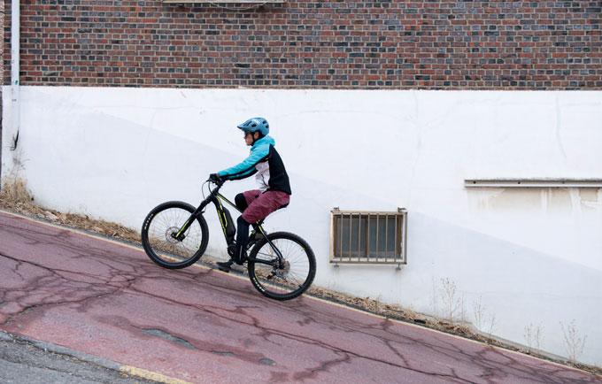 전기자전거의 진가는 가파른 경사길에서 발휘된다.