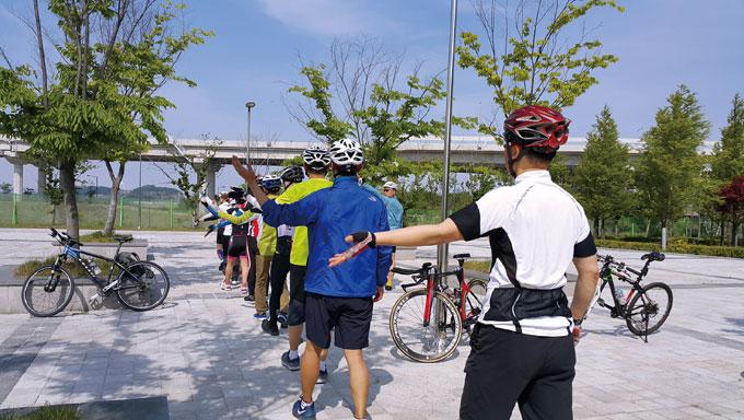 라이딩 전 수신호 요령을 미리 익히고 서로 호흡을 맞추는 연습은 큰 도움이 된다. 서울교총 자전거 연수교육 중.