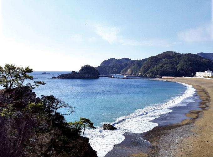 시코쿠 해안길을 따라 달리다보면 백사장과 바위섬, 태평양의 청정 파도가 어우러지는해변이 곳곳에 숨어 있다.