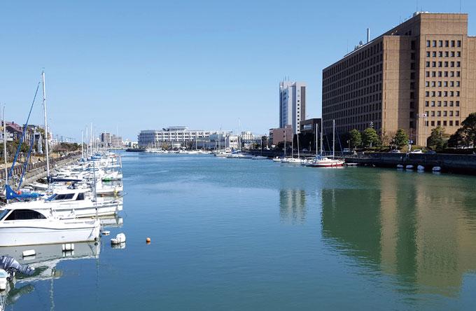 바다와 강을 끼고 있어 물이 풍부한 도쿠시마 시내 풍경