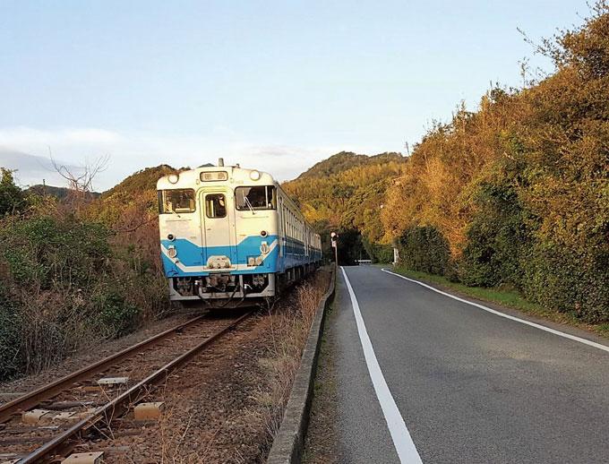 시골 단선철도를 달리는 소박한 열차.