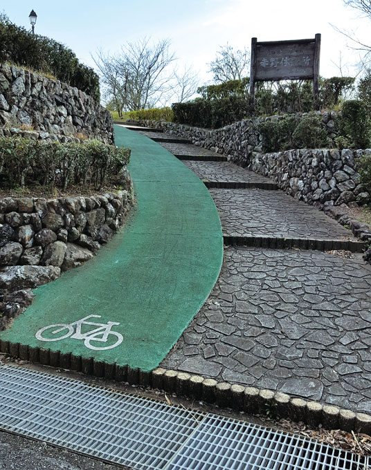 자전거도로를 별도로 만든 전망대 진입로.