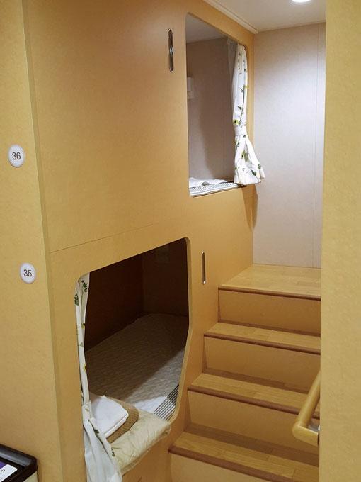 도쿄~도쿠시마 페리의 독립된 형태의 2층 침대칸.