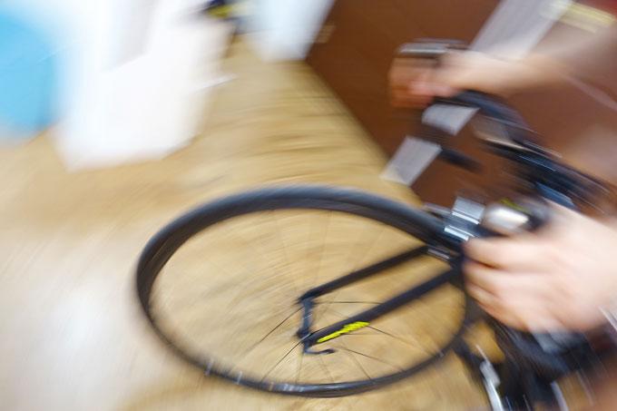 자전거가 균형을 잃기 시작하면 몸이 반응하기 전에 순식간에 넘어지게 된다.