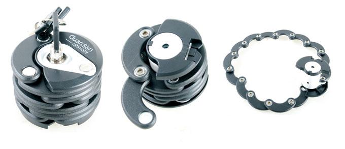 열쇠를 오른쪽으로 돌리면 중앙 핀이 돌출되면서 아래부터 제품을 풀 수 있다. 마지막 사진은 제품을 펼쳐 놓은 상태.