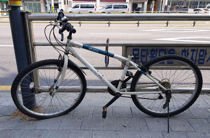 주인은 다행히 자전거를 타고 갈 수 있지만 앉아 가지는 못하게 되었다.