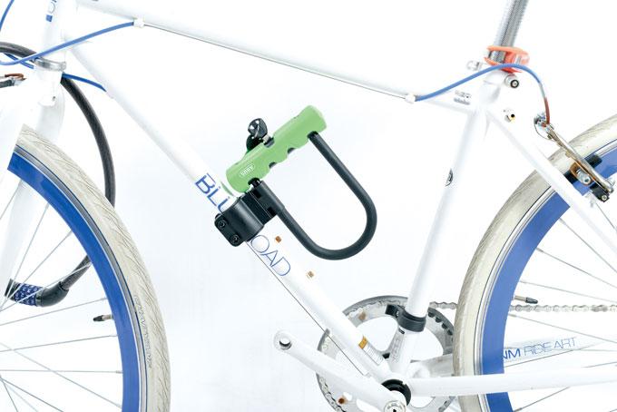 사진과 같이 홀더를 설치하면 휴 대가 편리하지만 튜빙이 얇은 자전거에만 설치할 수 있어 아쉬움이 남는다.