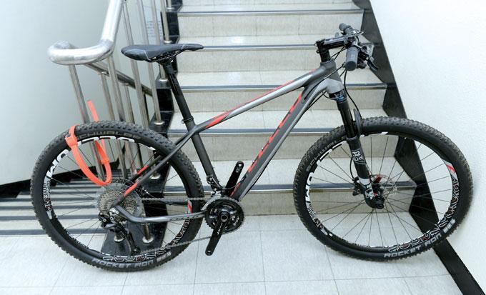 자전거 일부분만 고정할 경우 고정된 부위만 남기고 모두 분실될 수 있다.