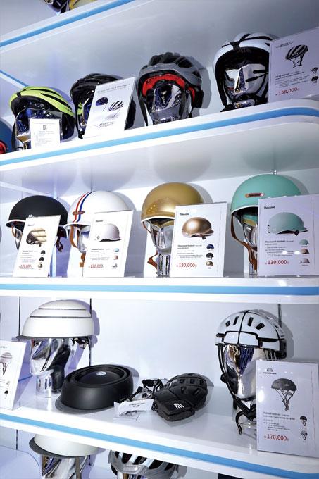 스마트모빌리티에 최적화된 헬멧을 갖추고 있다. 블루투스 통신이 되는 비트인(맨위)과 접이식 모퍼(맨아래) 헬멧도 보인다.