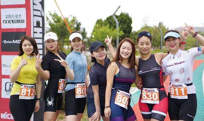 국내 최초 우먼스트라이애슬론클럽의 팀원들이 인천 미추홀 듀애슬론 대회에 참가해 파이팅을 하는 모습.